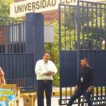 私立大学校門前での贈呈